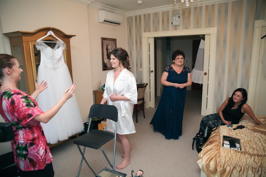 pani młoda i jej rodzina podczas przygotowań ślubnych