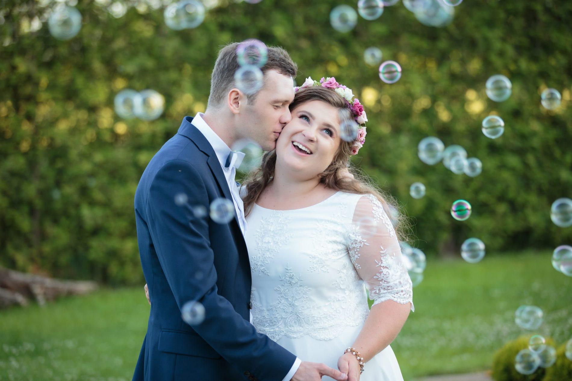 młoda para pozuje plener ślubny